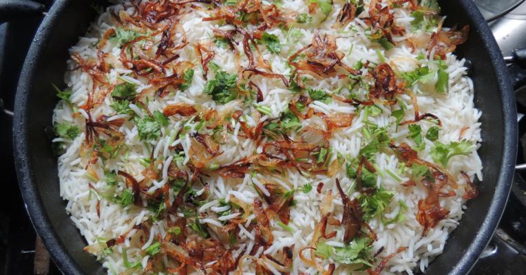 Arroz indio con ensalada de calabacín